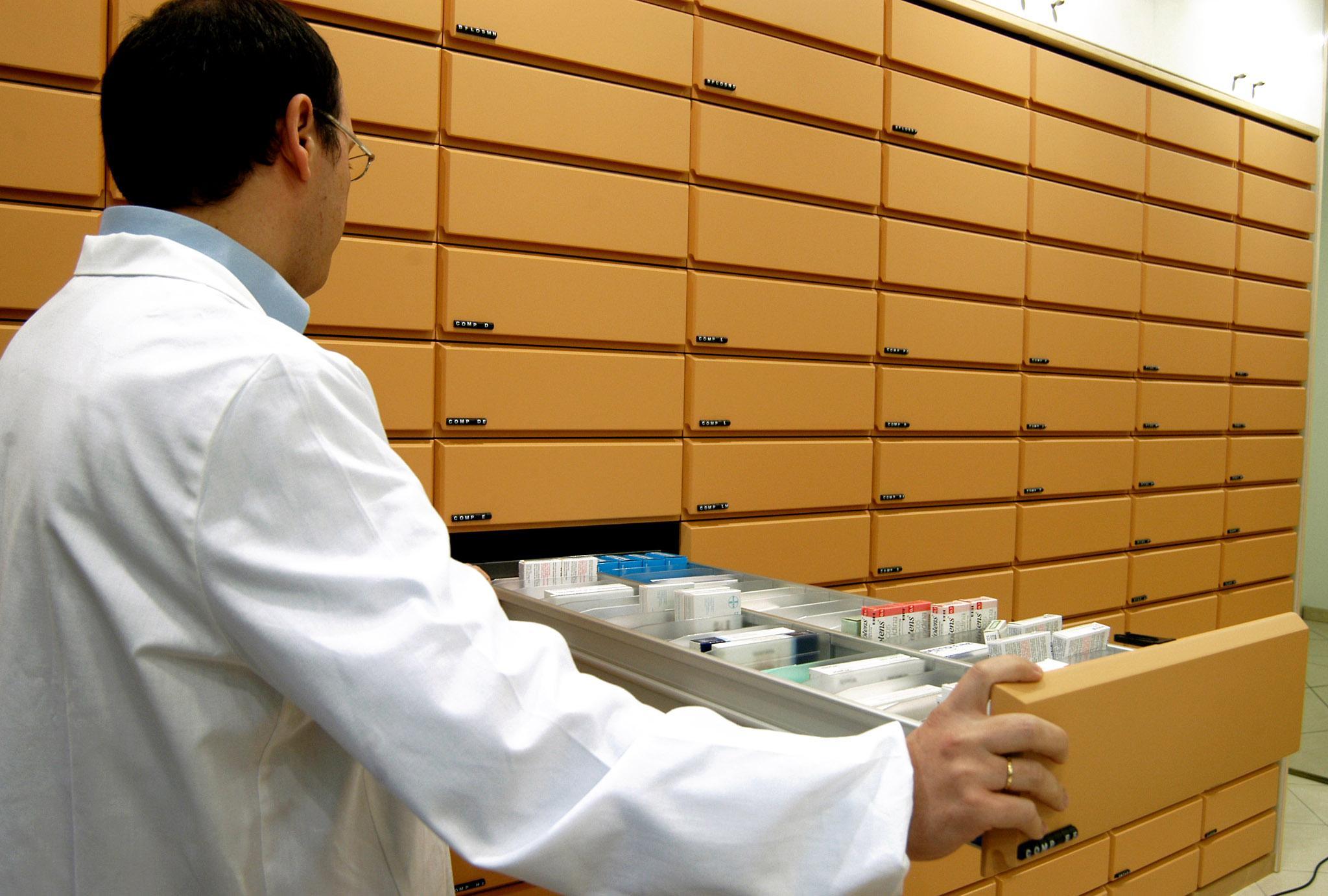 Roma 2004-11-27  influenza, vaccino farmacie medicine farmaci medicinali farmacista (EIDON) - 53297: (Donatella Giagnori/EIDON) 2004-11-27 Roma -  - influenza, vaccino -